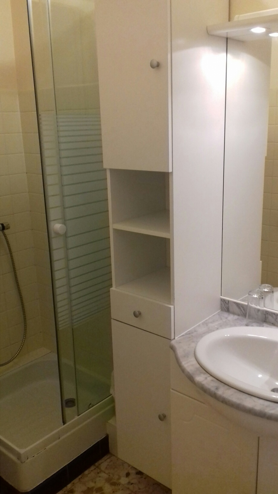 Salle de douche entièrement carrelé avec wc :